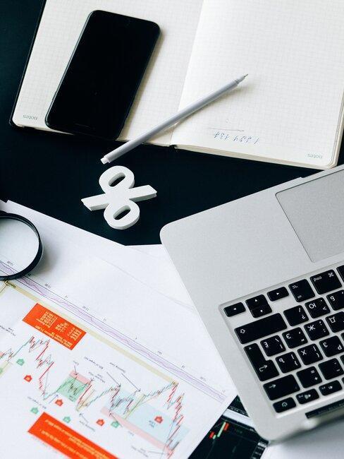 escritorio con libreta y ordenador