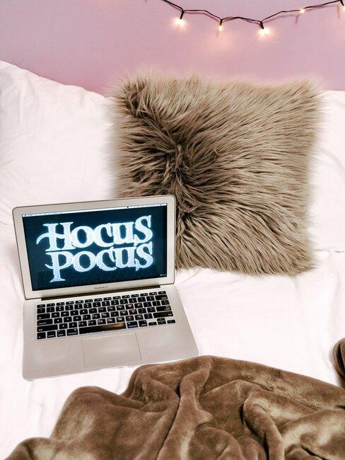 pelicula de halloween ordenador y cama