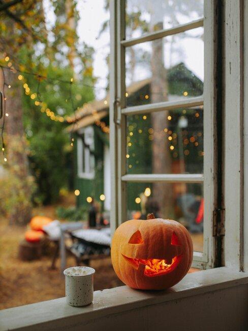 calabaza de halloween en la ventana