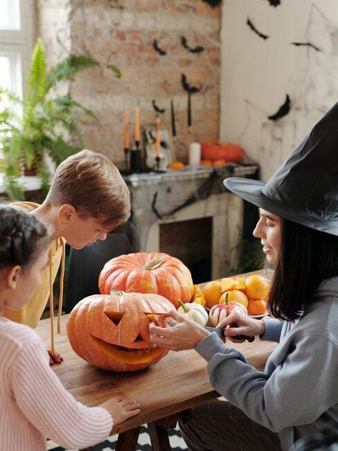 familia hace calabaza de halloween