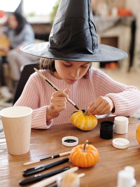 niña pinta calabaza de halloween