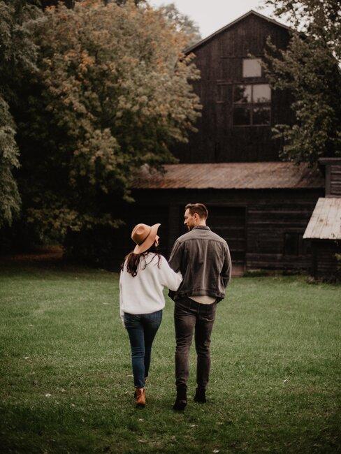pareja entrando a casa de campo
