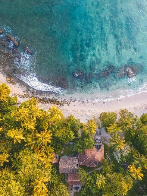 foto aerea de casa en la playa