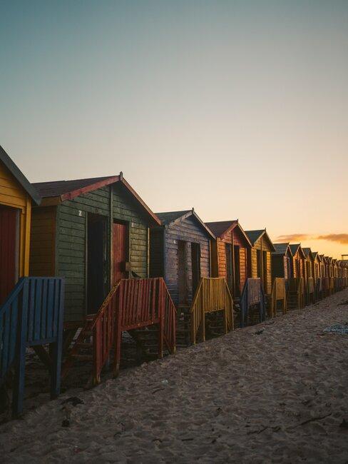 casitas de colores en la playa