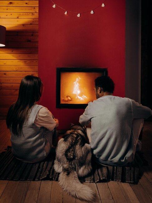 Pareja sentada frente al fuego