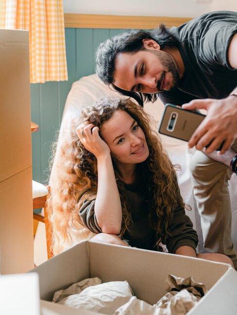 hombre y mujer tomando foto durante mudanza
