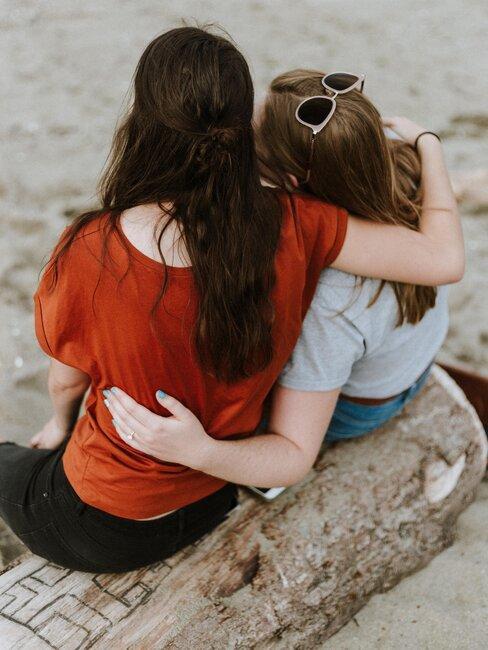 chicas sentadas en la playa