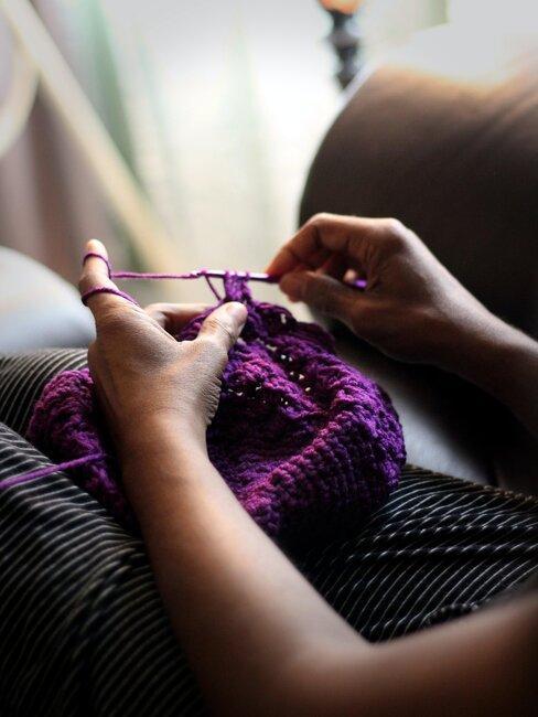 tejiendo con lana morada