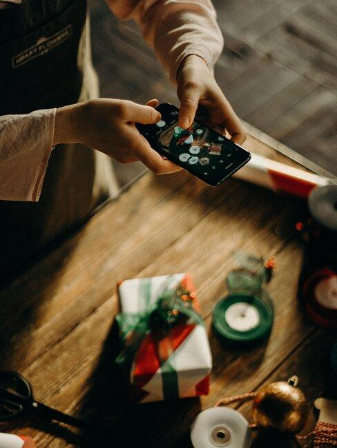 Tomando foto de regalo con movil