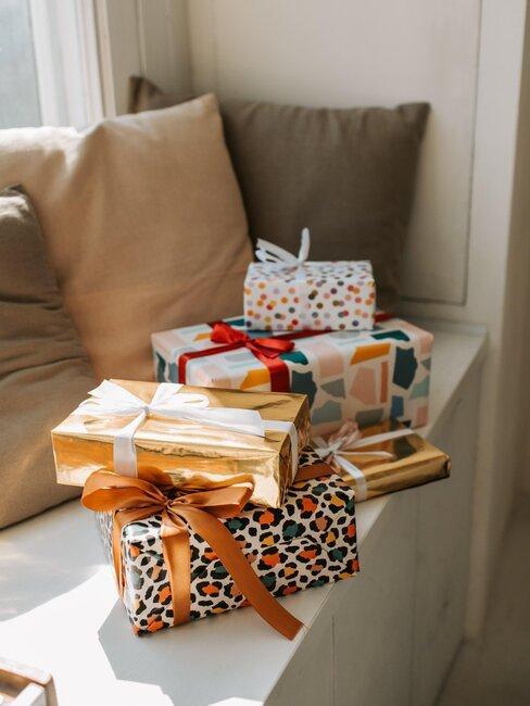 regalos dorados en asiento