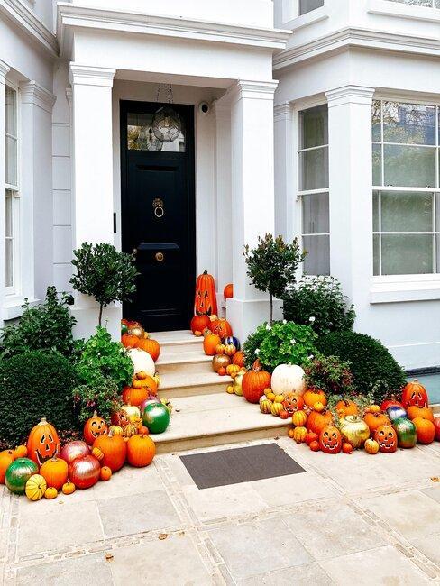 entrada con calabazas de Halloween