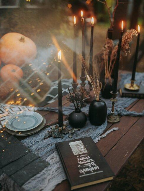 mesa de cena con decoracion de halloween