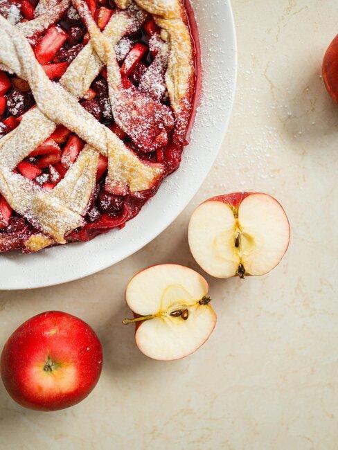 tarta de manzanas rojas y frutos