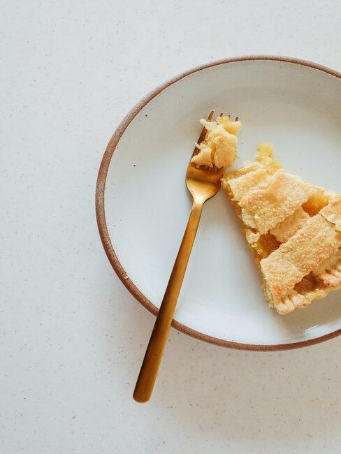 pedazo de tarta manzana en plato blanco