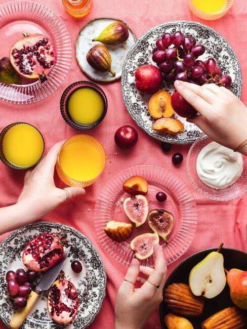 mesa con frutos de otoño