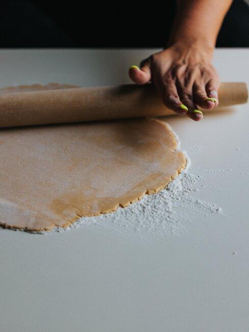 preparando masa para tarta