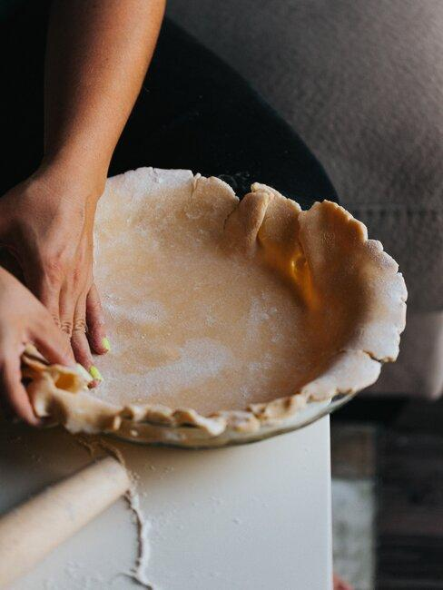 poniendo masa para tarta en molde