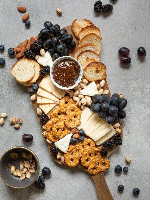 bandeja de quesos con frutos