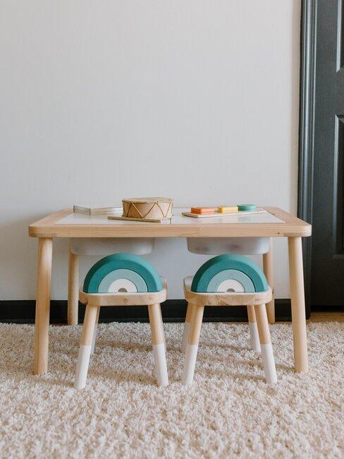 Mesa infantil on sillas de madera y tonos azules