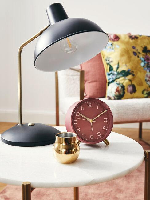 Reloj de mesa rojo con lampara