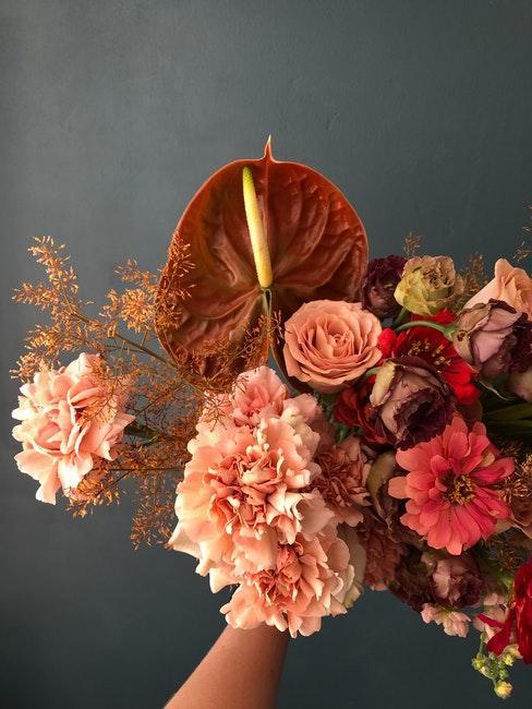 arreglo de flores tonos calidos