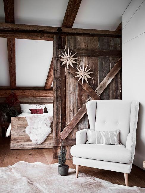 sillon blanco en salon rustico