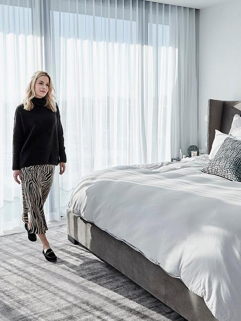 Delia Lachance en dormitorio