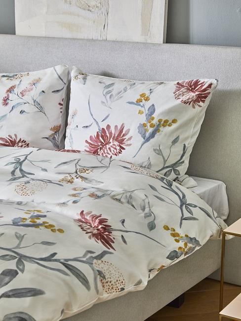 cama con sábanas de flores