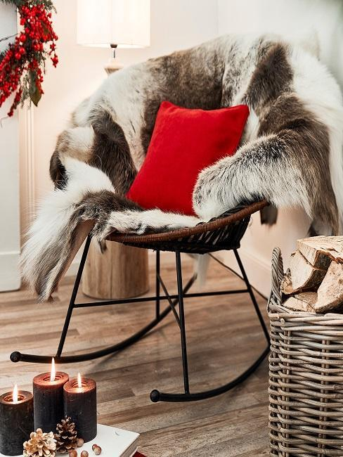 silla con pieles y cojin rojo