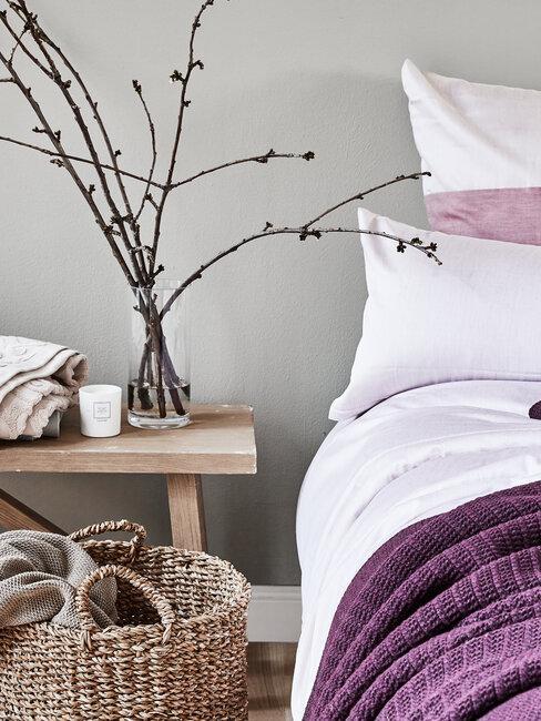 dormitorio rústico morado y ramas