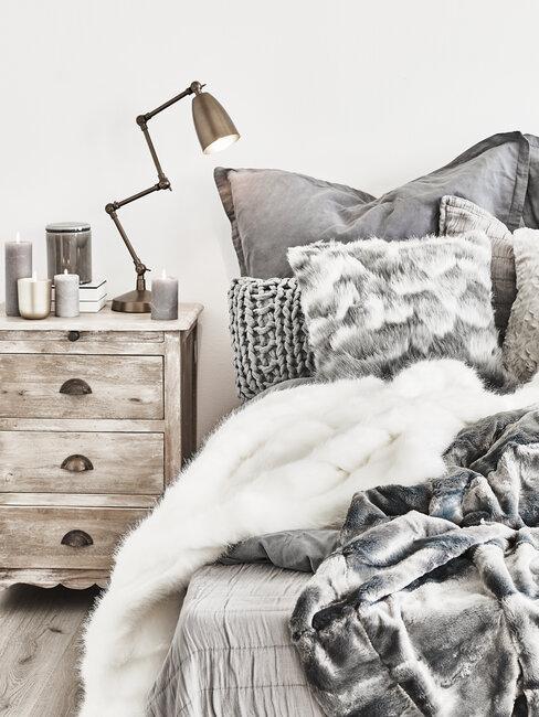 dormitorio rústico con pieles en la cama