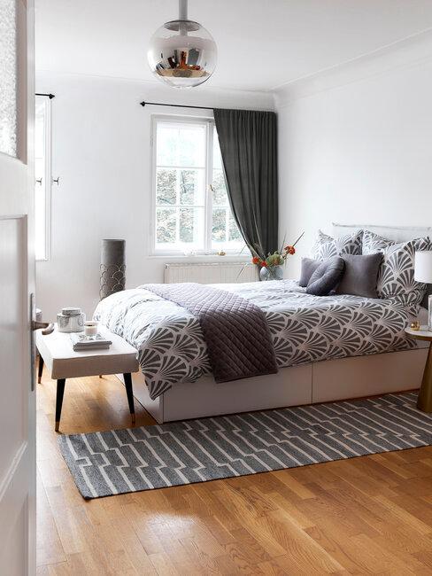 dormitorio industrial gris con alfombra y colcha de dibujo