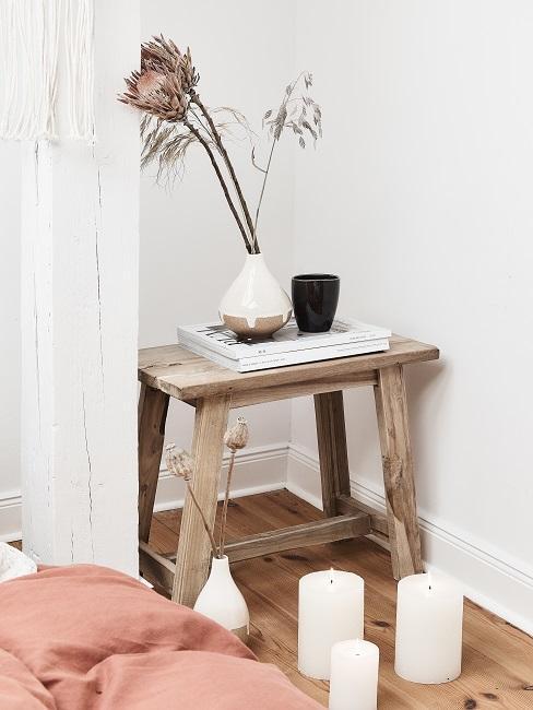 taburete de madera con flores secas