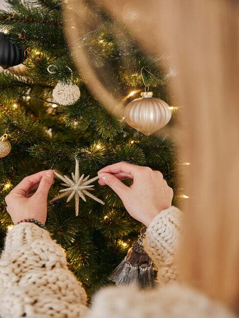 colgar adorno dorado arbol de navidad