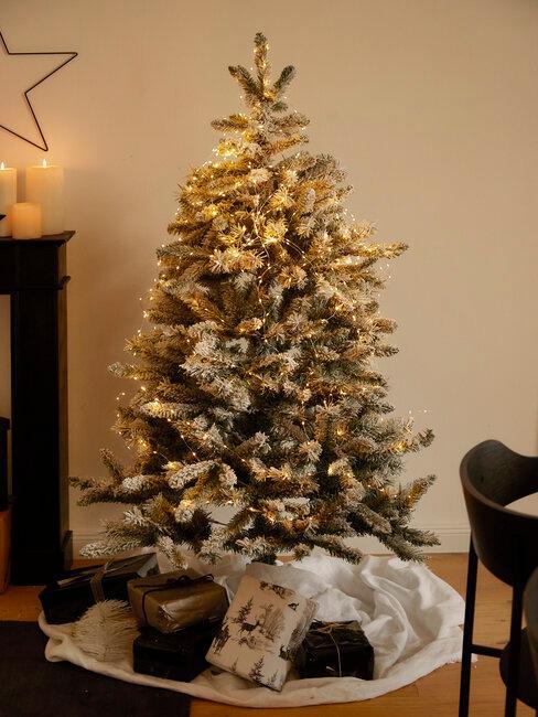 árbol de navidad nevado con luces