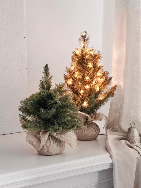 árboles de navidad pequeños con luces