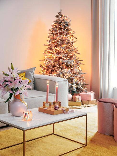 árbol de navidad moderno en tonos rosa