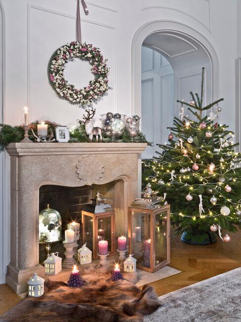 árbol de navidad rosa y chimenea