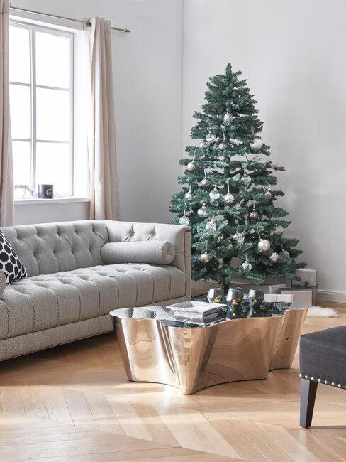árbol de navidad en salón plata y gris