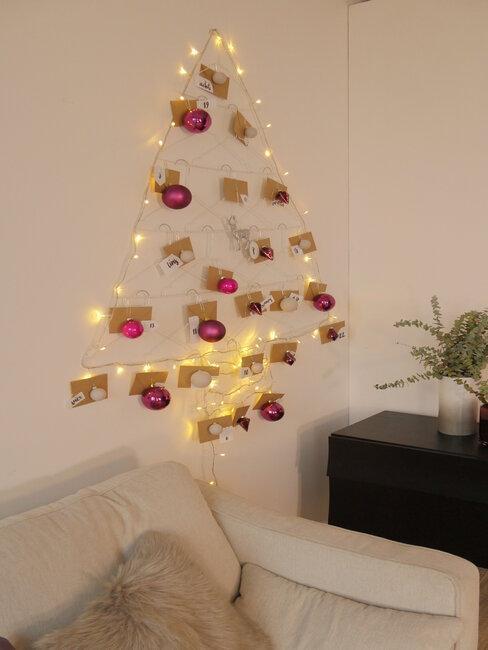 arbol de navidad con luces y tarjetas