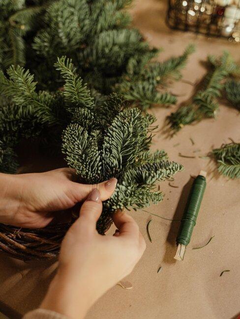 manos en arbol de navidad sintetico