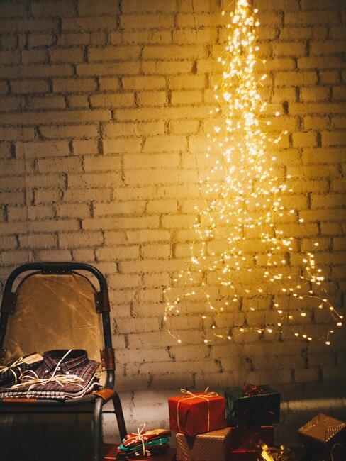 arbol de navidad con luces en pared