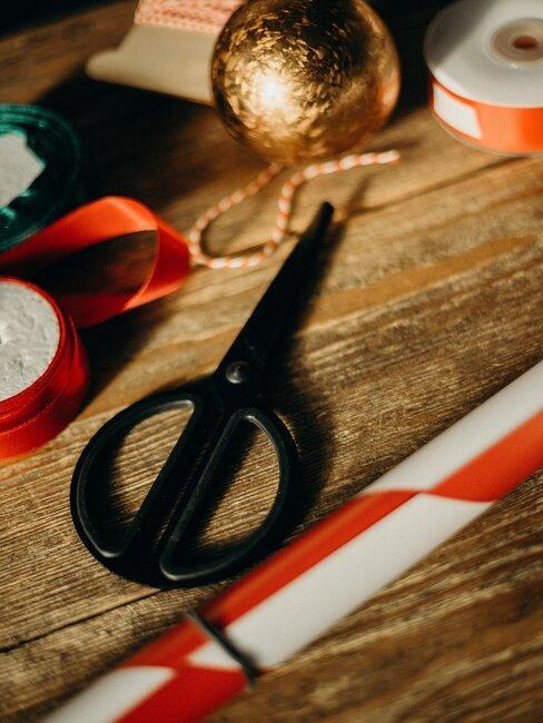 tijeras y cintas de colores navidenas