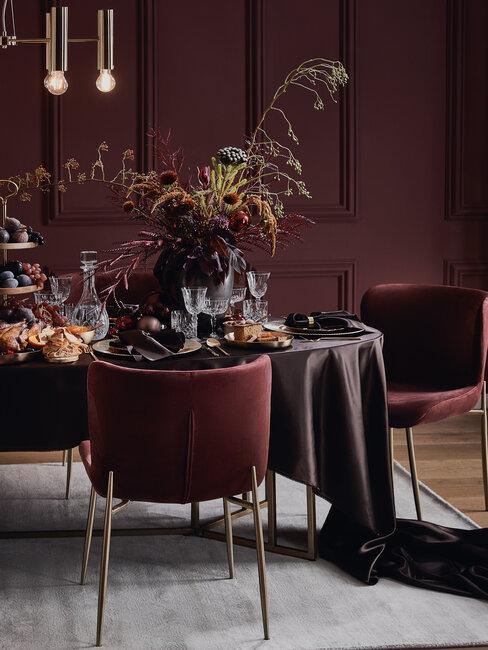 mesa silla y paredes en borgoña