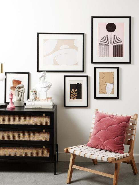 cuadros y sillon con cojin rosa