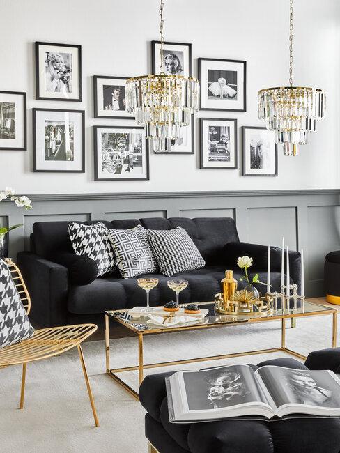 salón glam negro y dorado con cuadros