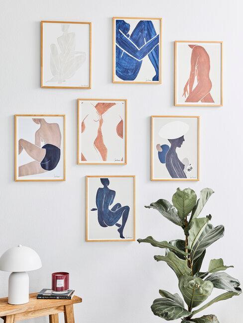pared con cuadros azules y rosas