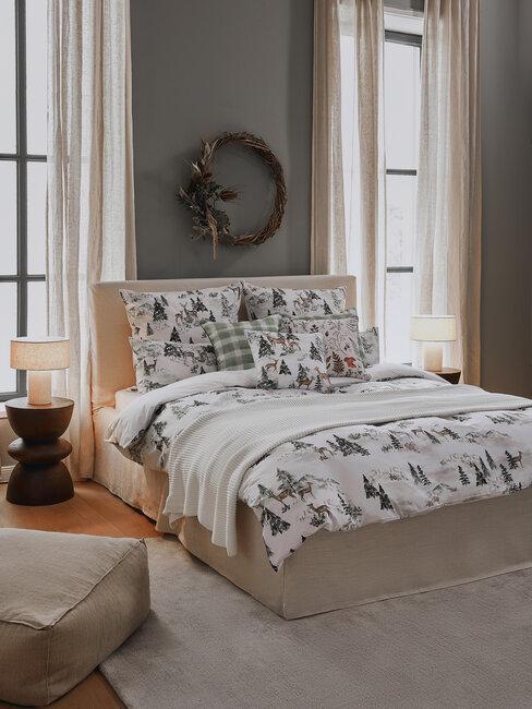 dormitorio beige con sábanas estampadas y corona