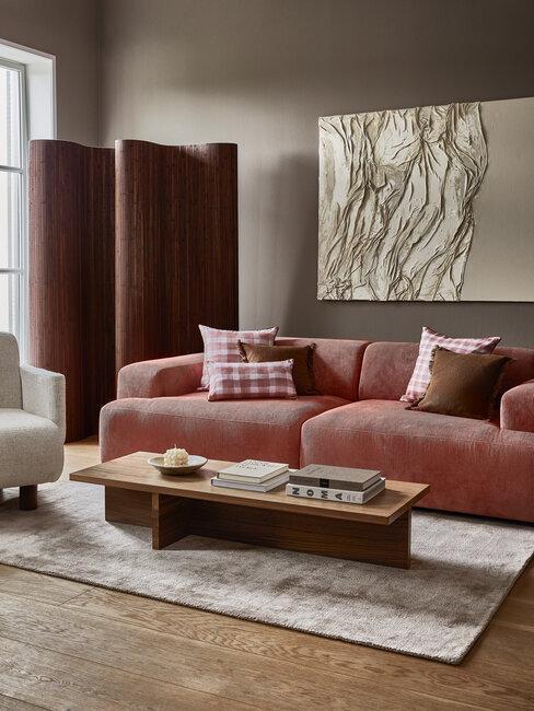 salón moderno con sofá y cojines rosas