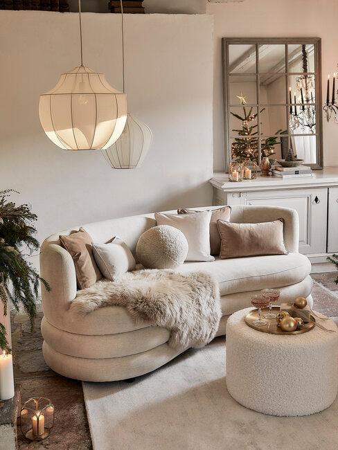 salón blanco y beige con pieles